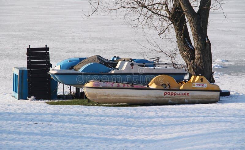 Boote im Winter lizenzfreie stockbilder