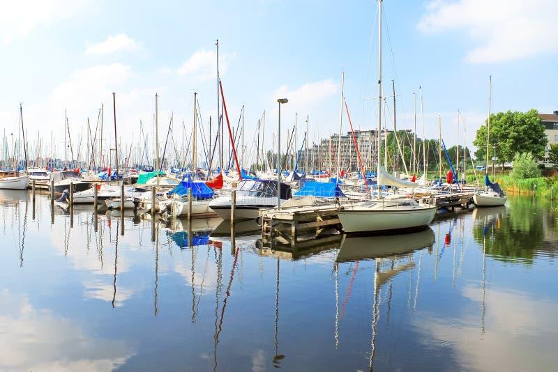 Boote am Jachthafen Huizen. stockfotos