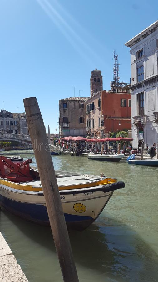 Boote am Kanal in Venedig lizenzfreie stockfotografie