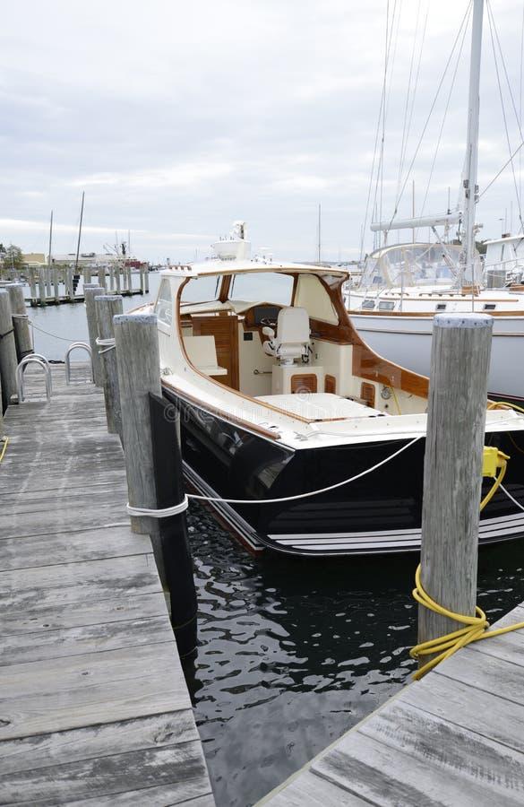 Boote koppelten im Hafen durch Stonington Connecticut an stockbilder