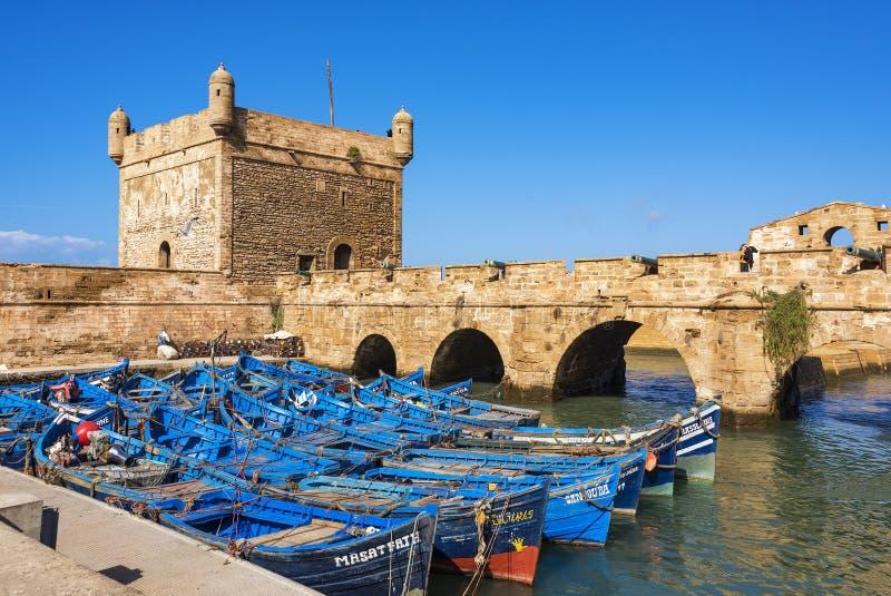 Boote koppelten im Hafen Skala-Fort bei Essaouira in Marokko an stockfoto