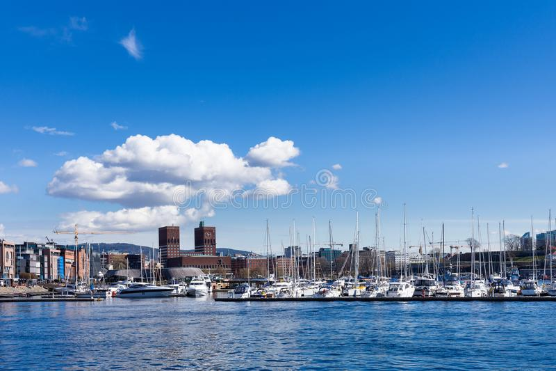 Boote machten am Hafen fest, in dem die Rathausgebäude heraus stehen stockbilder