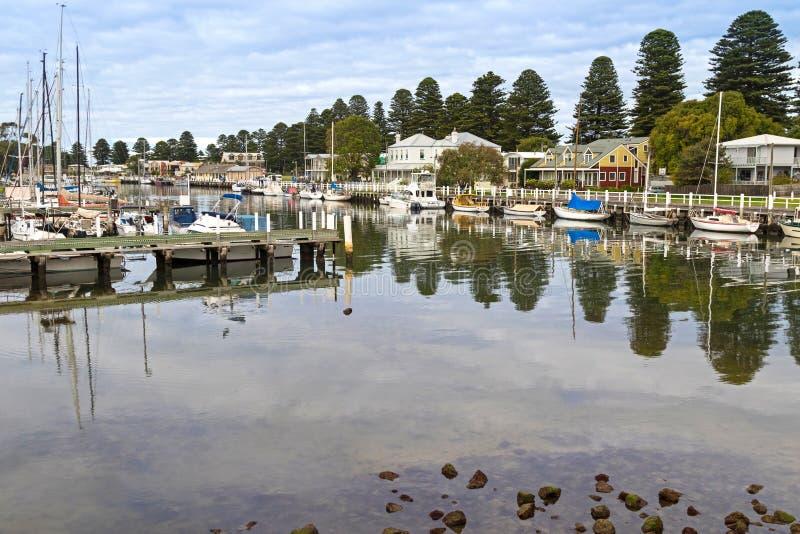 Boote machten nahe bei modernen Häusern entlang dem Moyne-Fluss am Hafen fest lizenzfreies stockfoto