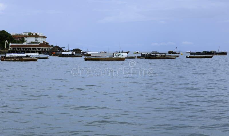Boote in Meer durch den Hafen stockbilder