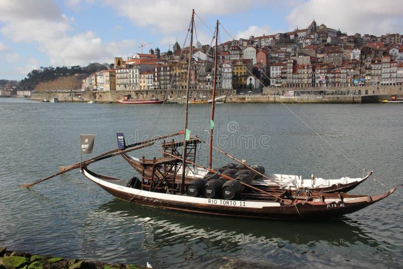 Boote mit Hafenfässern stockfoto