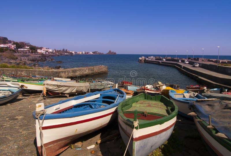 Boote nähern sich Insel in Italien lizenzfreie stockbilder