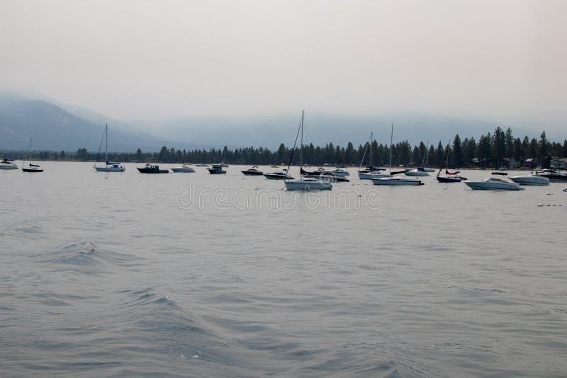 Boote nahe dem Lake- Tahoejachthafen stockfoto