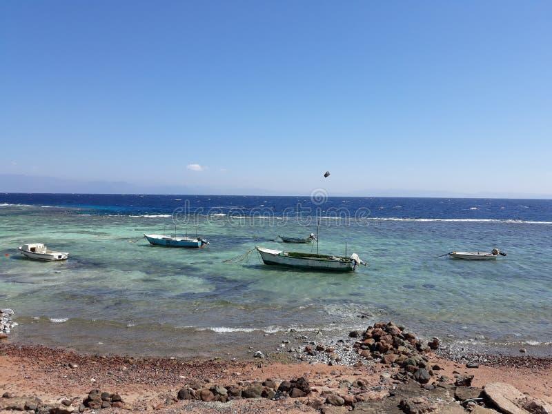 Boote nahe dem Ufer stockbilder