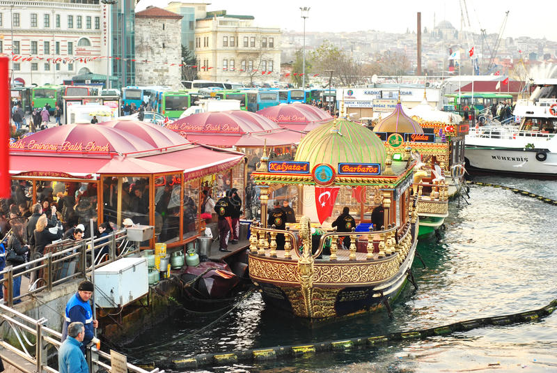 Boote nahe Galata-Brücke, Istanbul, die Türkei lizenzfreie stockfotos