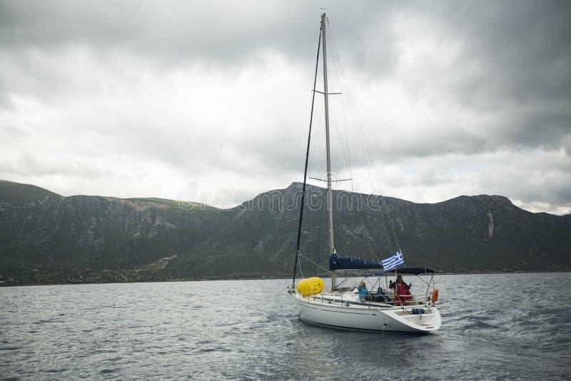 Boote nehmen an der Segelnregatta 11. Ellada teil lizenzfreie stockbilder