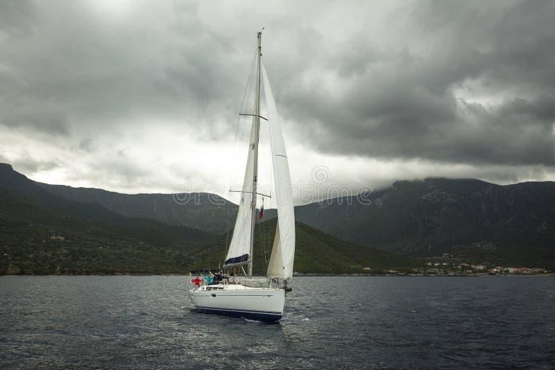 Boote nehmen an der Segelnregatta 11. Ellada teil stockfoto