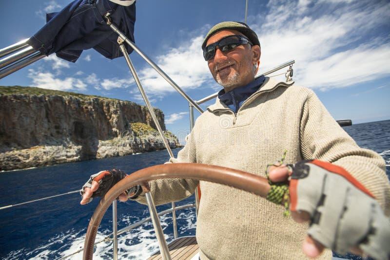 Boote nehmen an der Segelnregatta 11. Ellada teil lizenzfreies stockfoto