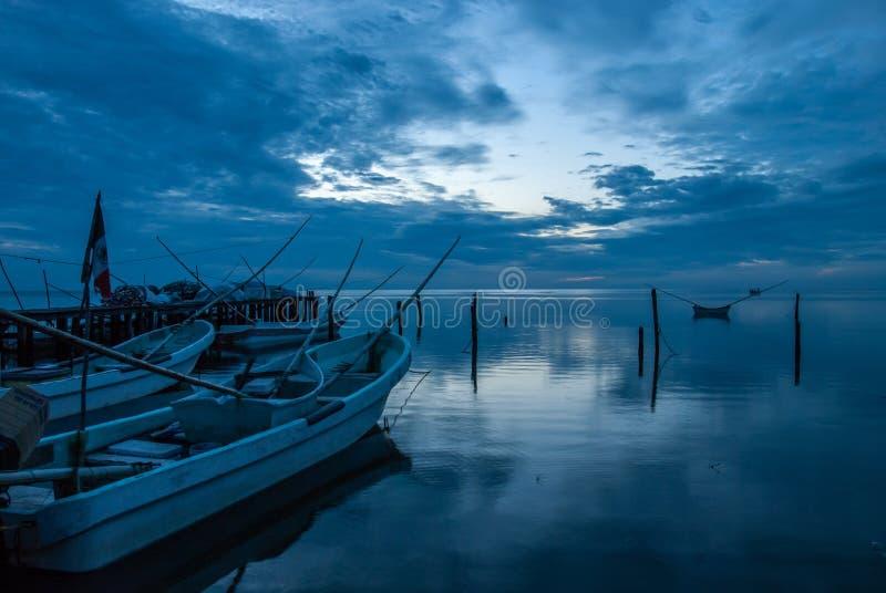 Boote oder Kanus im Dock und der blaue Sonnenuntergang in Campeche Mexiko lizenzfreie stockfotos