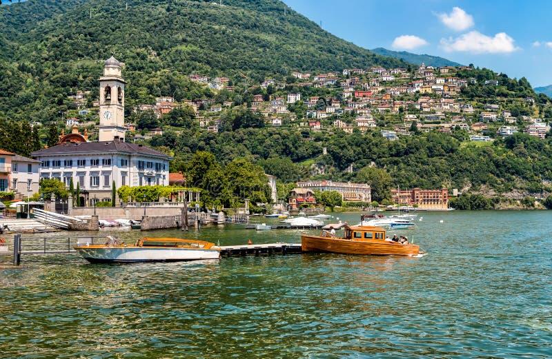 Boote am Pier von Cernobbio auf See Como stockfotografie