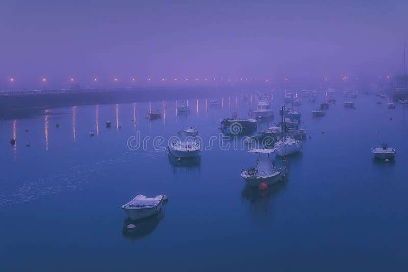 Boote in Plentzia-Fluss nachts nebeliges lizenzfreie stockfotografie