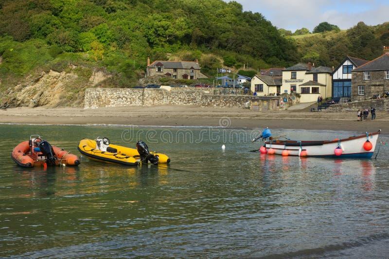 Boote an Polkerris-Strand, Cornwall, England stockfoto