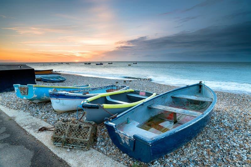 Boote an Selsey-Strand stockbild