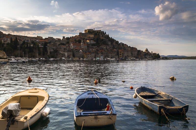 Boote in Sibenik-Hafen stockfoto