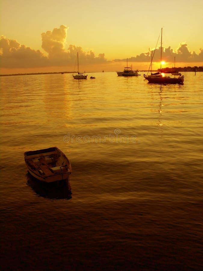 Boote am Sonnenaufgang lizenzfreie stockfotos