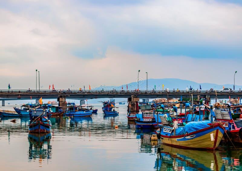 Boote stehen im Fluss lizenzfreies stockfoto