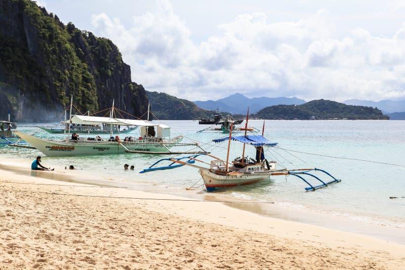Boote am Strand von EL Nido, Philippinen lizenzfreies stockfoto