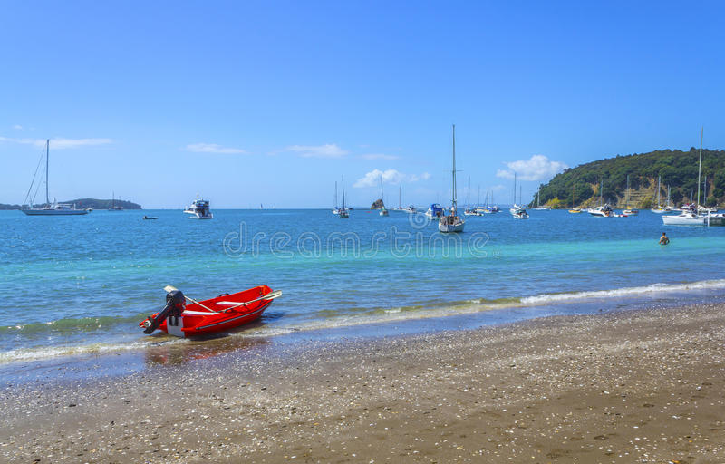 Boote an Sullivans-Bucht Mahurangi-Strand Auckland Neuseeland lizenzfreie stockfotos