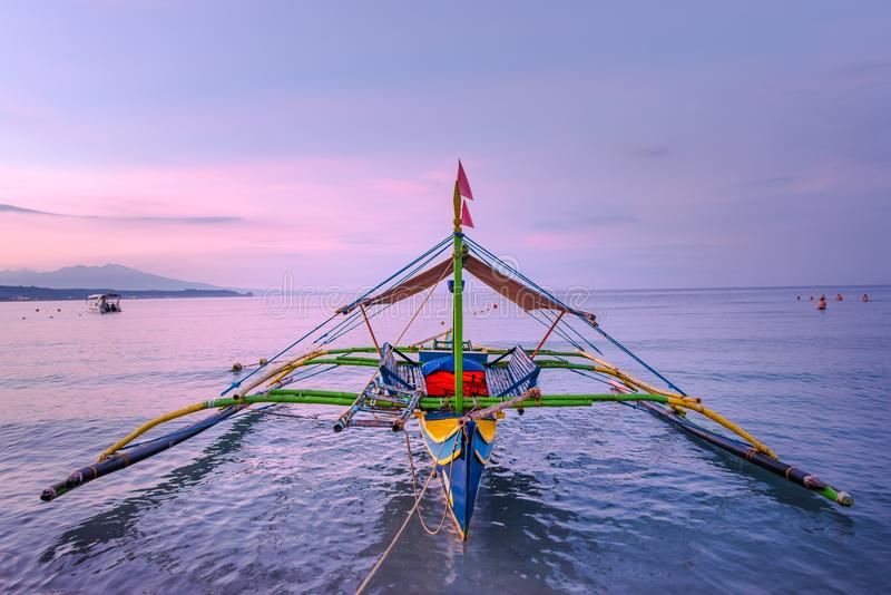 Boote am Ufer von Morong, Bataan, Philippinen stockbild