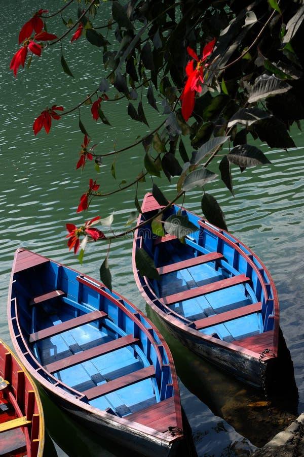 Boote und Blumen lizenzfreie stockfotos