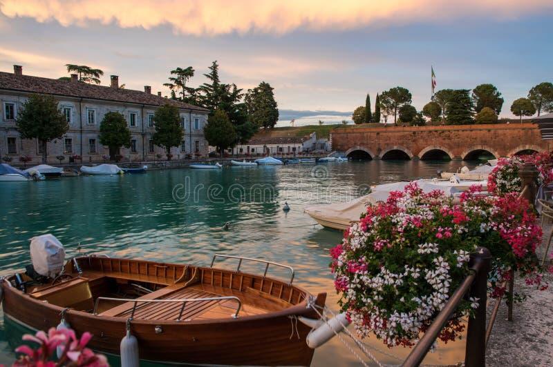 Boote und die Brücke im Hafen auf See Garda, Peschiera Del Garda stockfoto