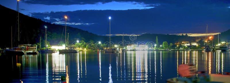 Boote und Jachthafen bis zum Nacht, Panorama lizenzfreie stockfotos
