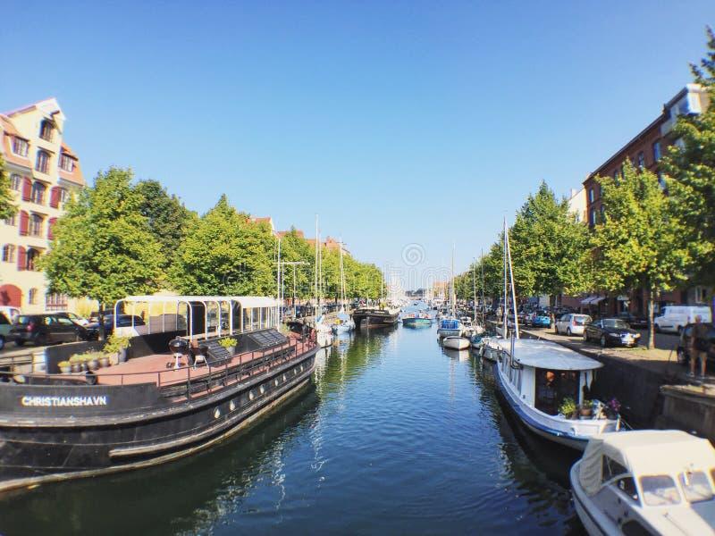 Boote und Kanal lizenzfreie stockfotografie