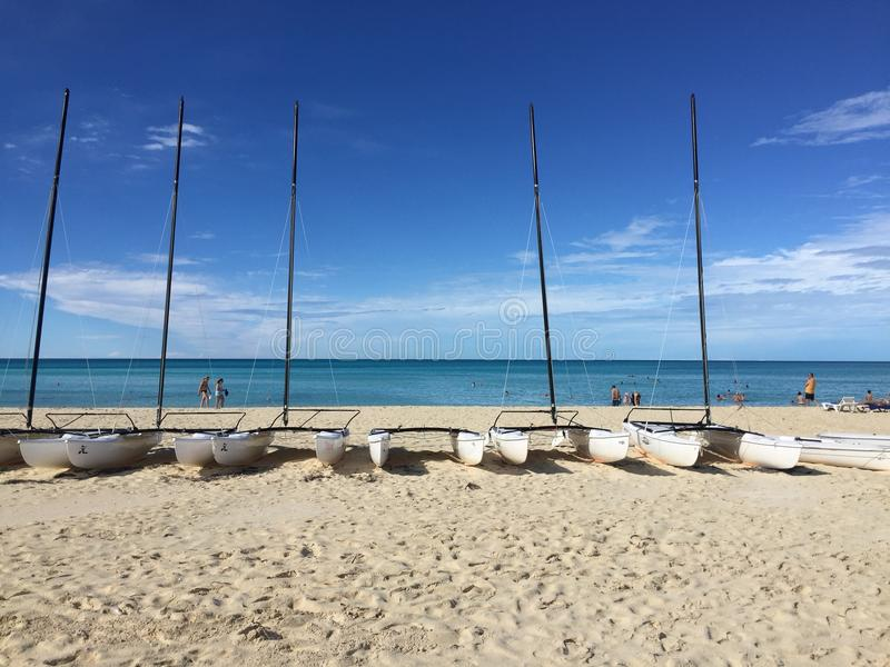 Boote und Katamaran auf einem Strand in Cayo-Cocos, Kuba stockbilder