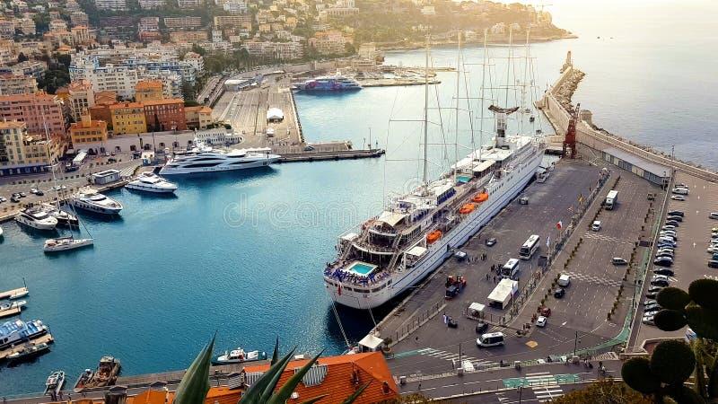 Boote und Luxusyachten, berühmte Nizza azur Küste, segeln Transport, Kreuzfahrtfreizeit lizenzfreie stockfotos