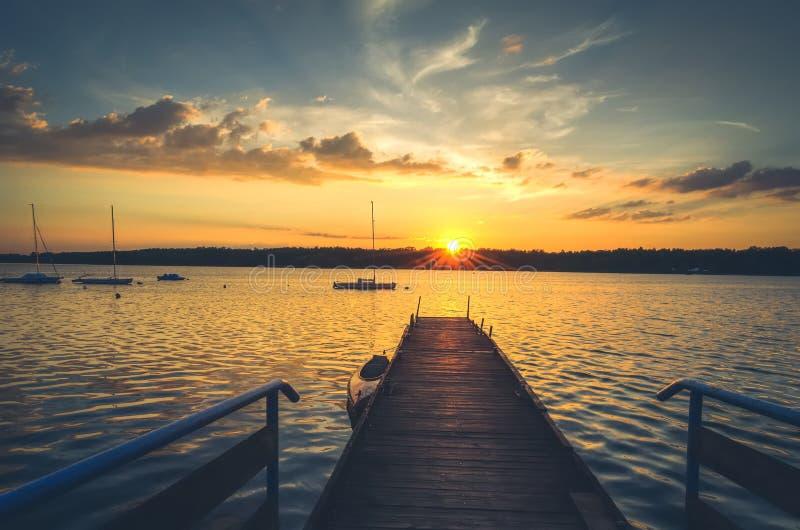 Boote und Pier im See lizenzfreies stockbild