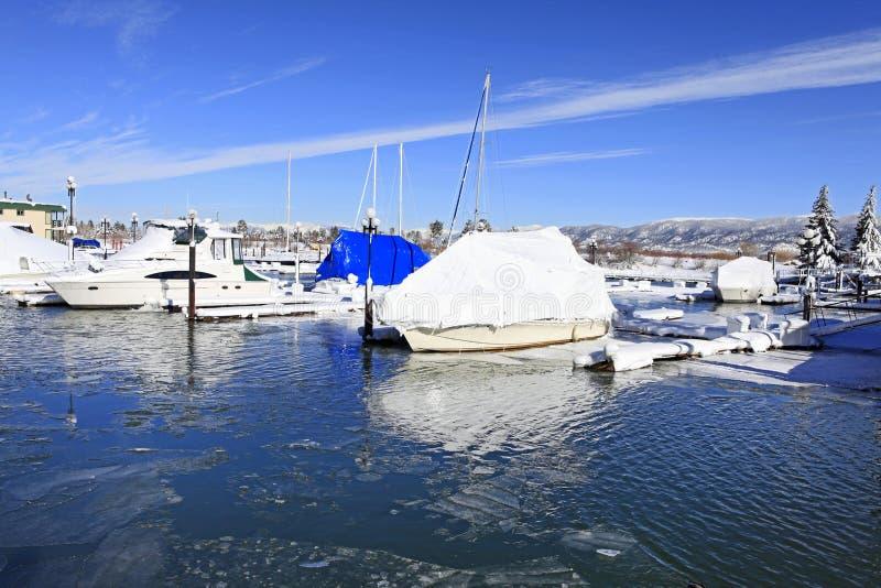 Boote und Winterjachthafen lizenzfreies stockbild