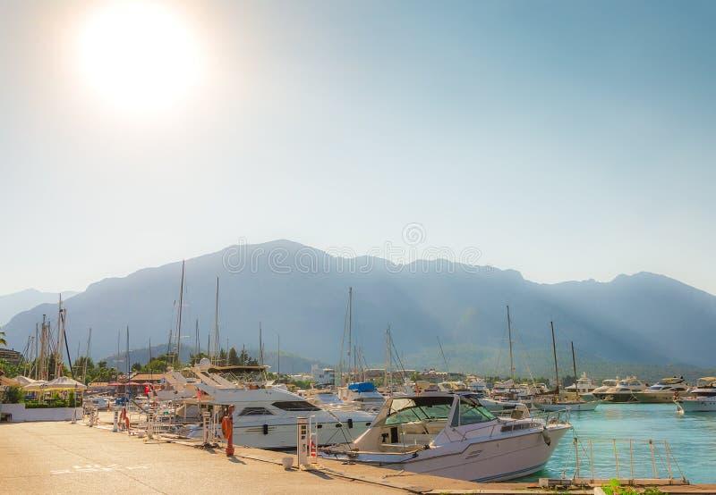 Boote und Yachten in der Bucht von Kemer lizenzfreies stockfoto