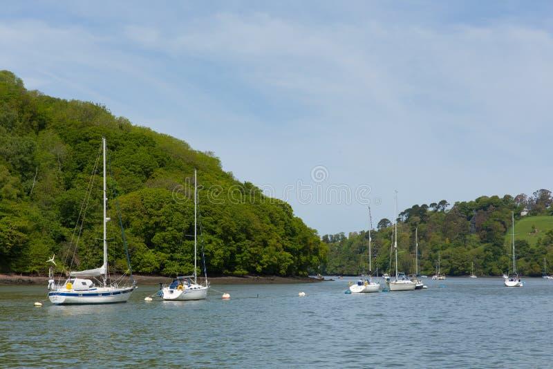 Boote und Yachten festgemacht auf dem Fluss-Pfeil Devon zwischen Dartmouth und Totnes England Gro?britannien lizenzfreie stockbilder