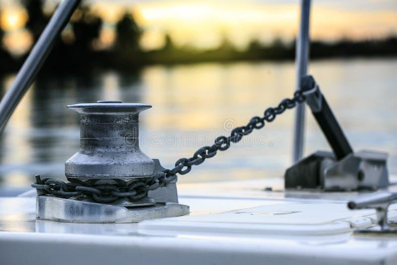 Boote und Yachten im Hafen lizenzfreies stockbild