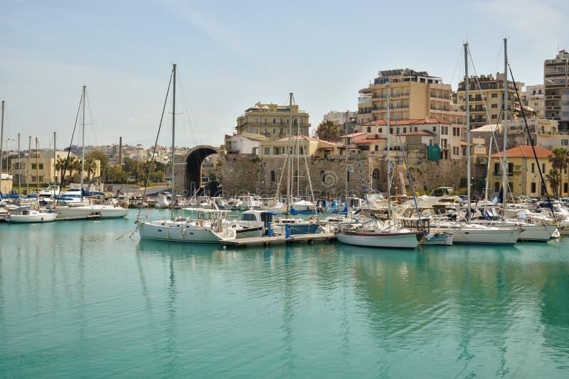Boote und Yachten im Hafen lizenzfreies stockfoto