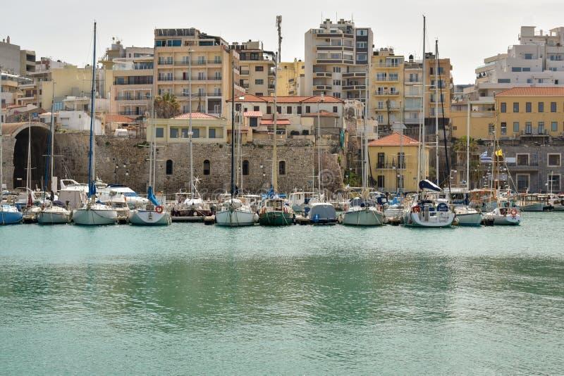 Boote und Yachten im Hafen lizenzfreie stockfotografie