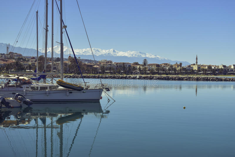 Boote und Yachten im Hafen stockfotografie