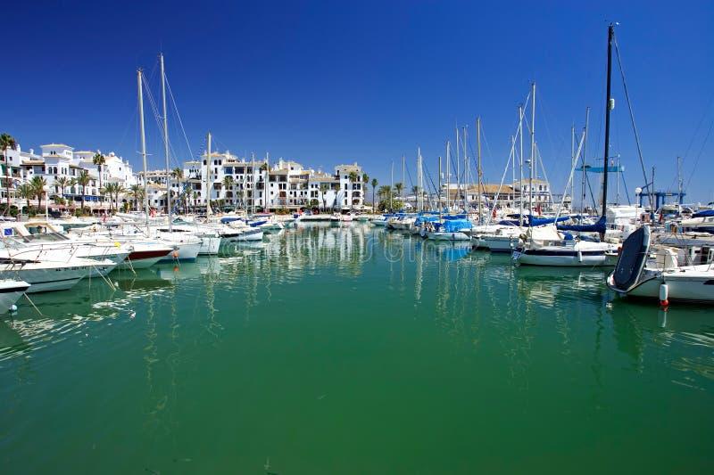 Boote und Yachten verankerten im Duquesa Kanal in Spanien auf dem Costade lizenzfreie stockfotografie