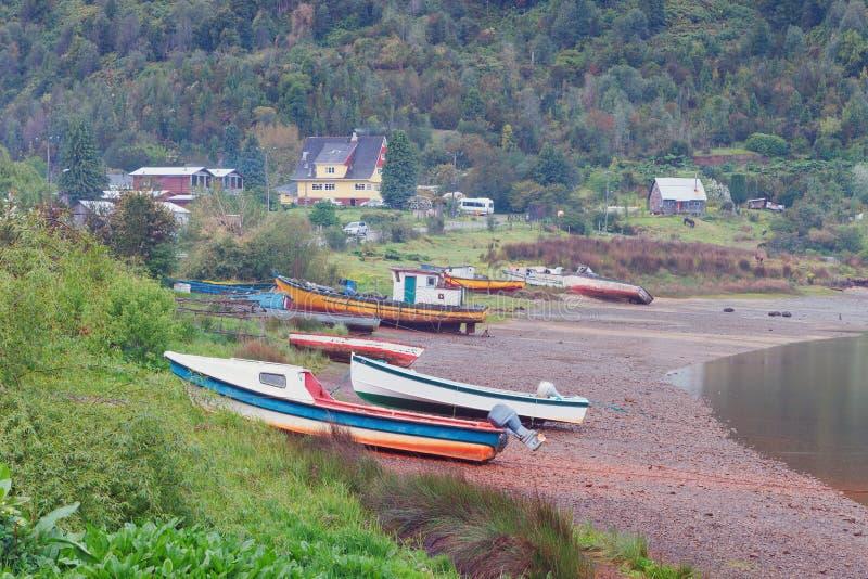 Boote verankert in dem Anlegestellenfjord Puyuhuapi, Patagonia, Chile stockbilder