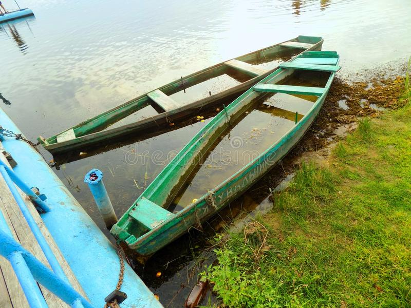 Boote, Wasser, Gras, Grüns, See, Sommer, Schönheit lizenzfreies stockbild