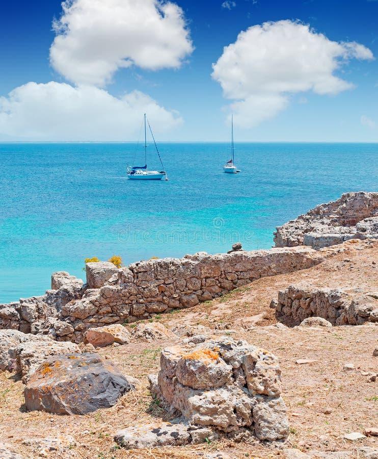 Boote, Wolken und Ruinen lizenzfreie stockfotos