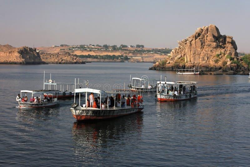 Boote zum Philae Tempel lizenzfreie stockfotografie