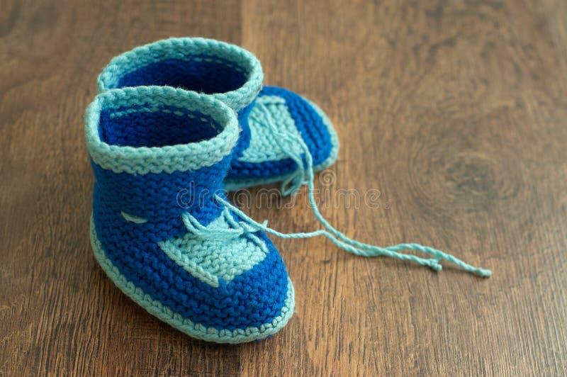 Bootees del bambino handmade lavorato a maglia fotografia stock libera da diritti