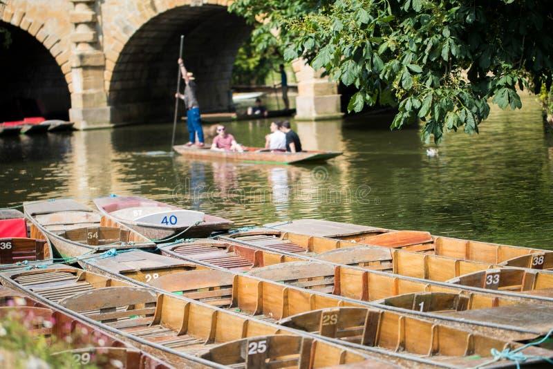 Bootfahrt in den Stocherkähnen auf Fluss Cherwell in Oxford lizenzfreies stockbild