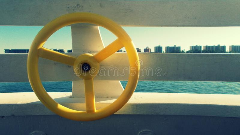 Bootfahrt in der Bucht stockfotografie
