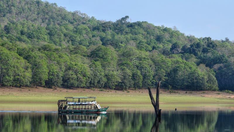Bootfahrt an einem szenischen See in den West-ghats lizenzfreies stockbild